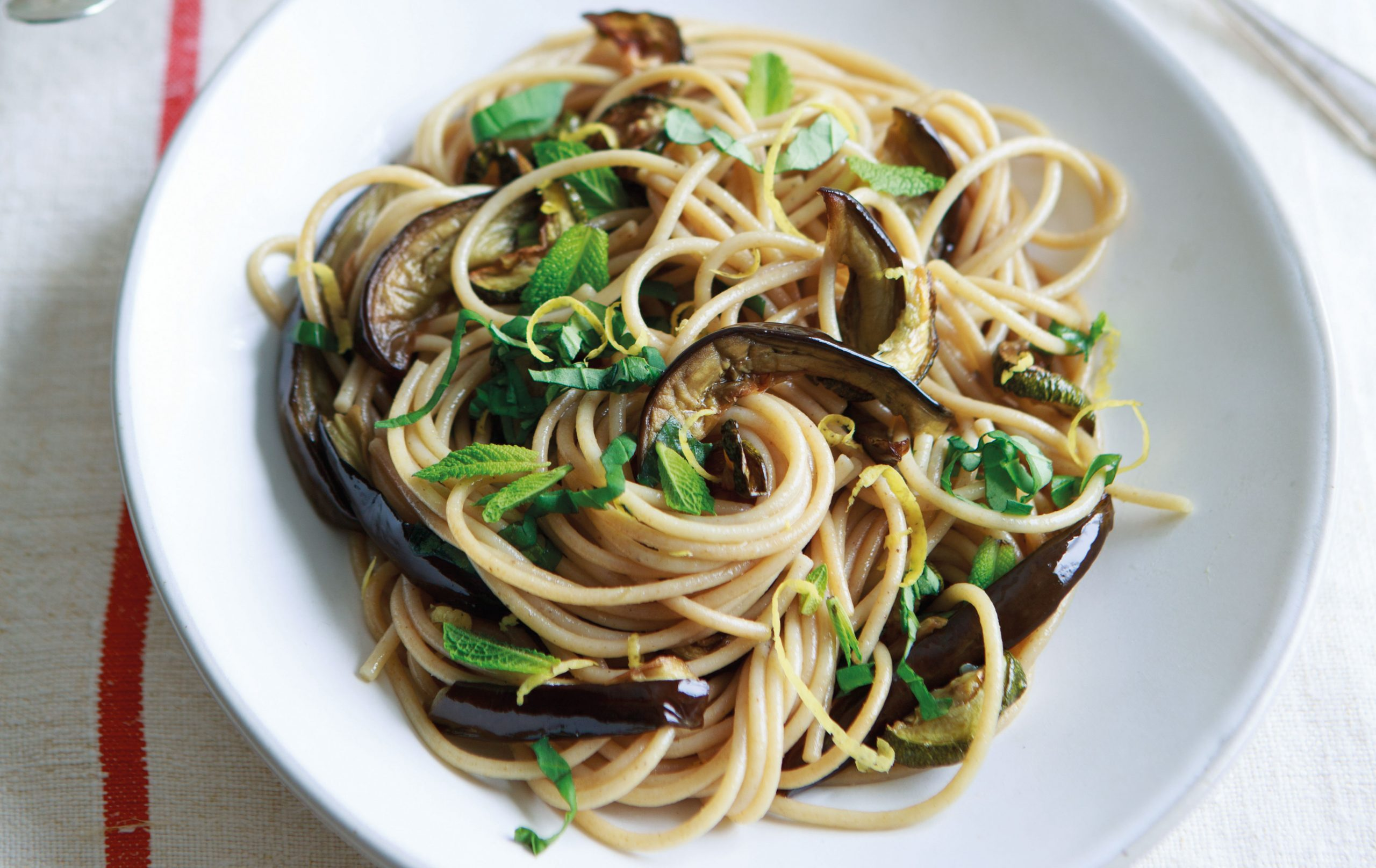 Spaghetti de blé complet avec légumes rôtis, repas hypocaloriques
