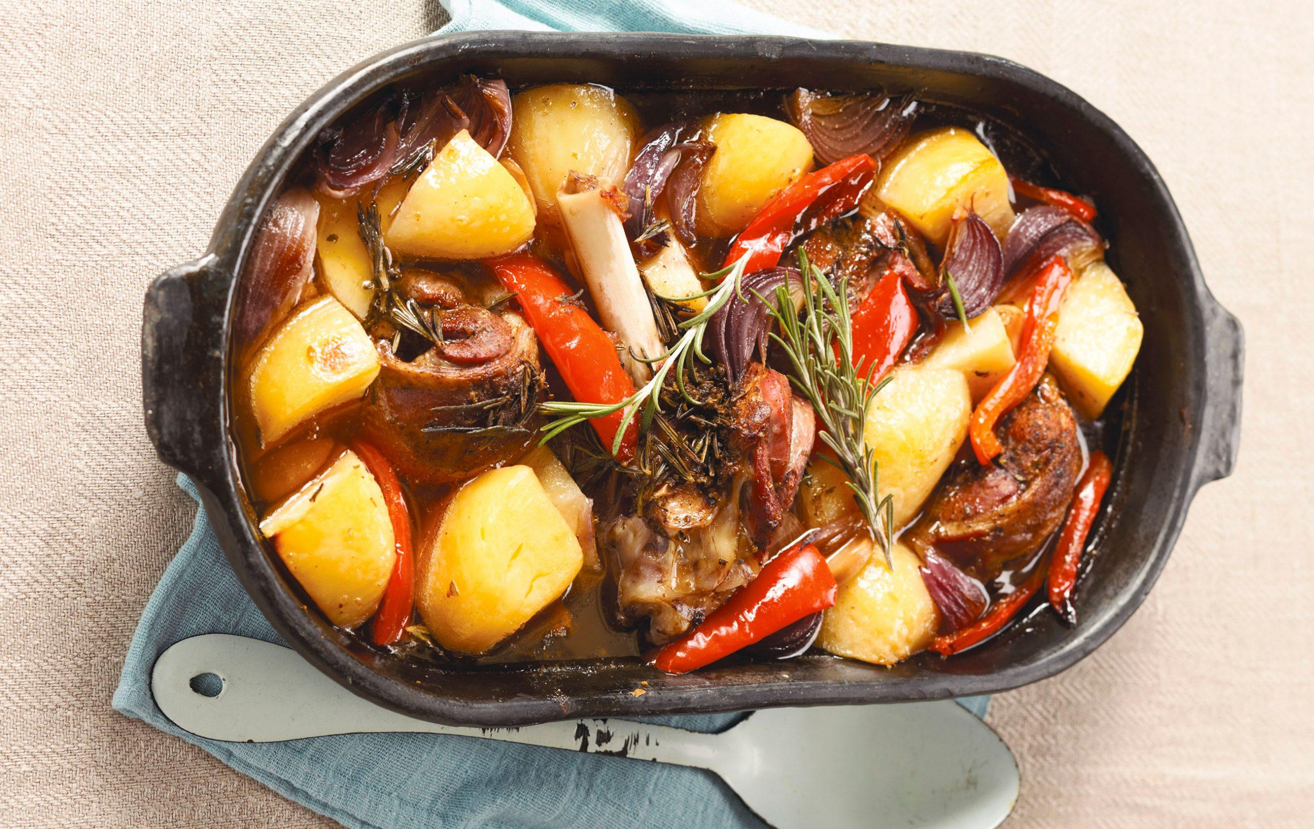 Agneau rôti à la cocotte avec des pommes de terre et du romarin