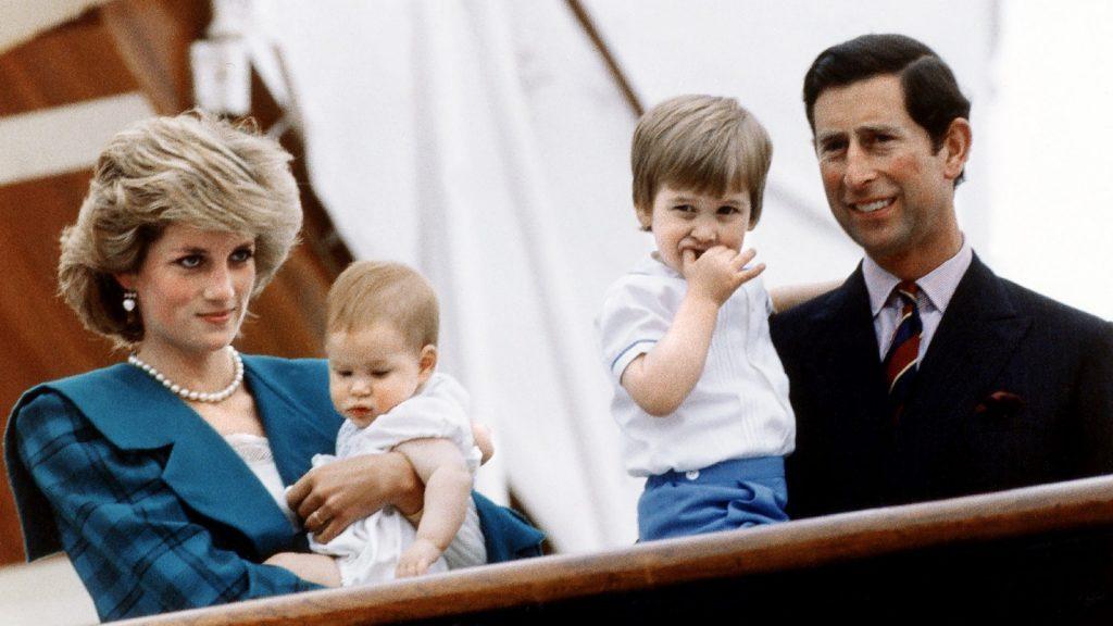 La princesse Diana et le prince Charles posent avec leurs fils, les princes Harry et William, à bord du yacht royal Britannia lors de leur visite à Venise, en Italie, le 6 mai 1985.