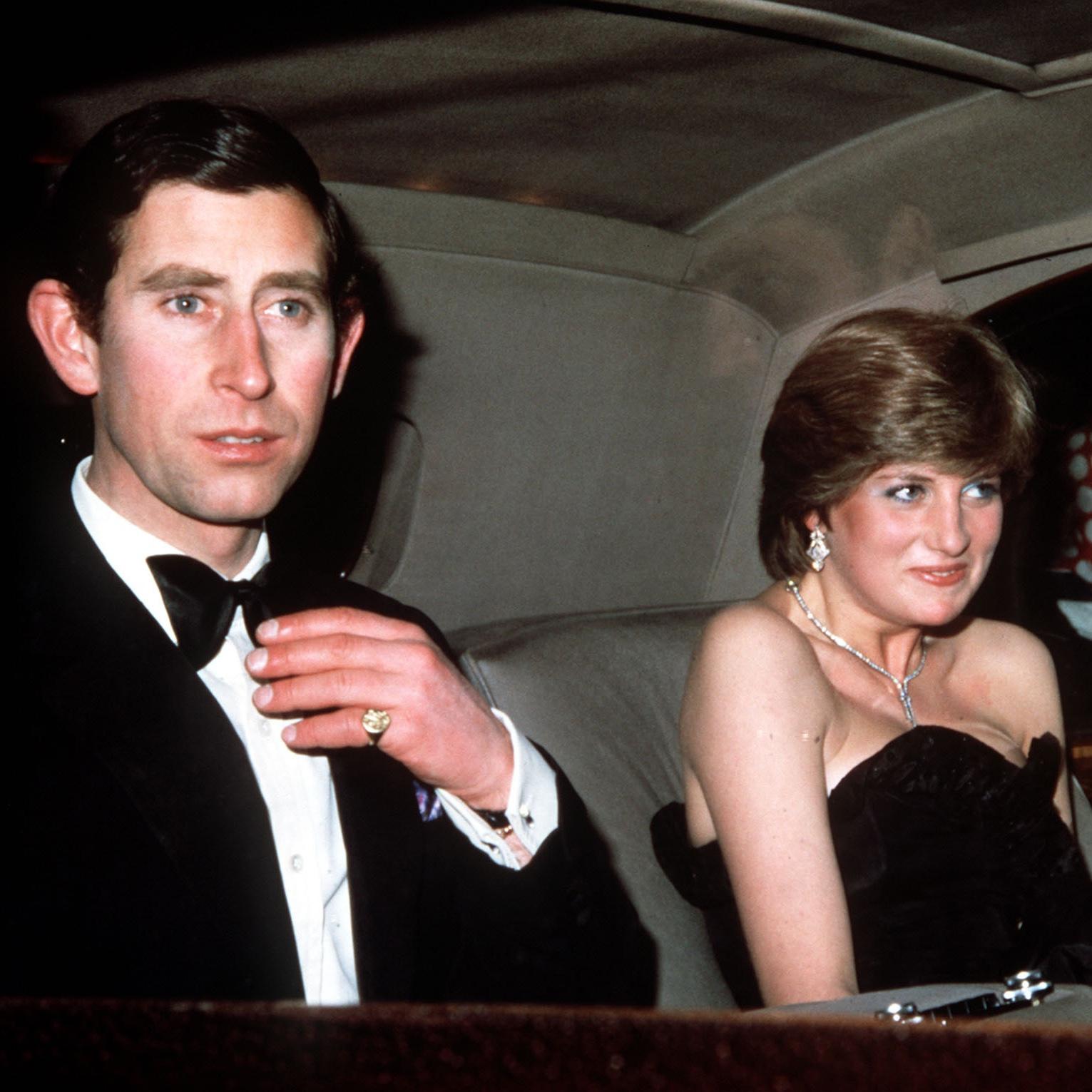 Le Prince Charles et la Princesse Diana lorsqu'ils étaient jeunes.