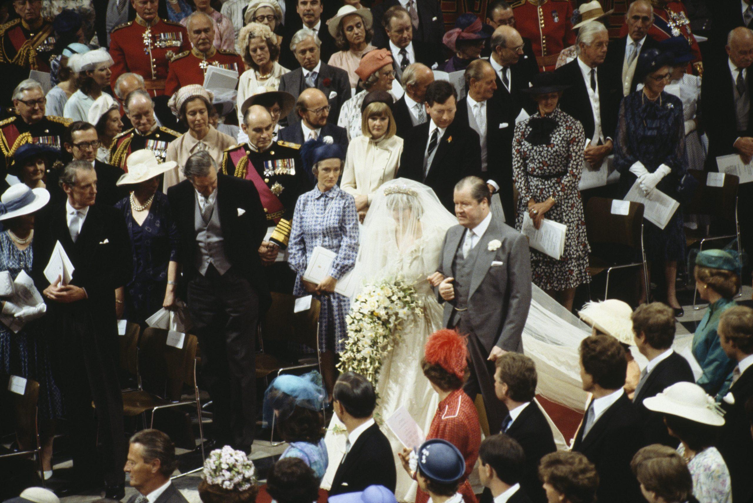 La Princesse Diana et son père marchant vers l'autel.