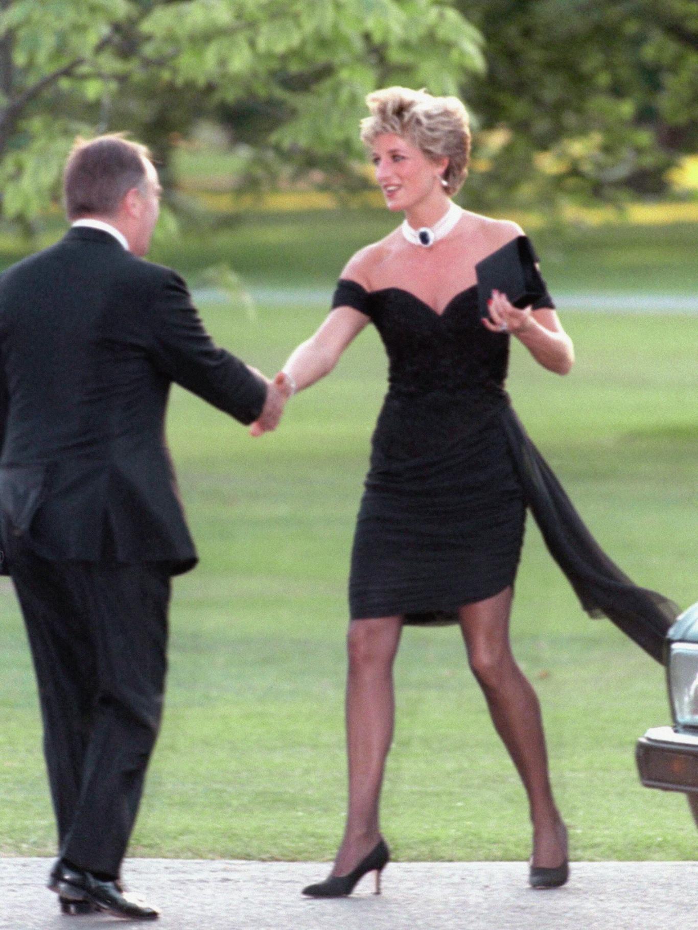La Princesse Diana assiste à un événement dans sa fameuse robe
