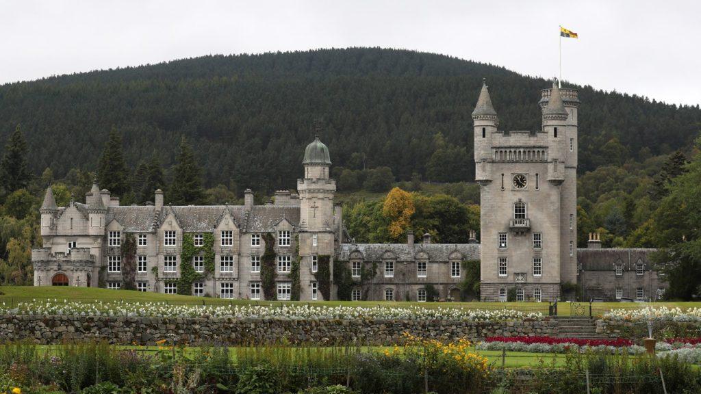 Une vue générale du château de Balmoral alors que la reine Elizabeth tient une audience privée le 20 septembre 2017 à Aberdeen en Écosse.