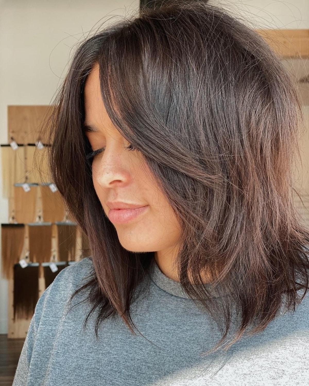 Frange rideau droite sur cheveux moyens