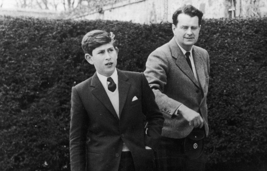 Le Prince Charles arrive à l'école de Gordonstoun en Écosse pour son premier trimestre, et se fait montrer les lieux par le Capitaine Iain Tennant, président du conseil d'administration.