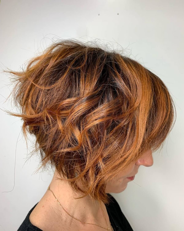cheveux courts dégradés de couleur cuivre foncé avec des reflets caramel