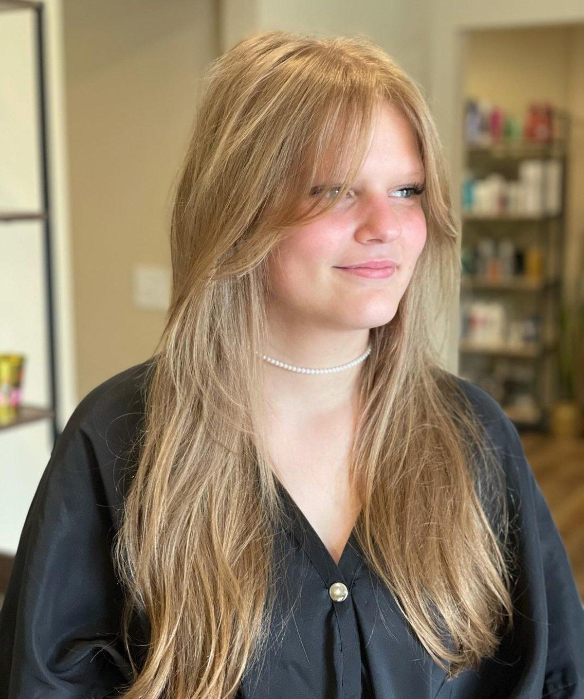 Coupe de cheveux dégradée à faible entretien avec franges en rideau