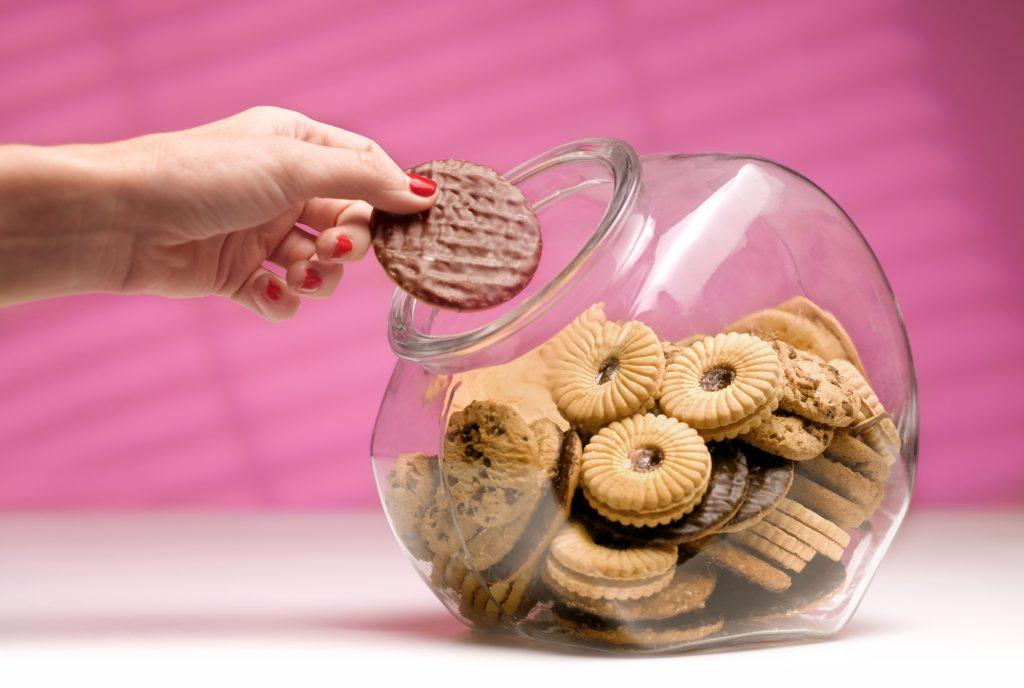 Les vraies raisons pour lesquelles vous prenez du poids pendant vos règles : il est tentant de se jeter sur les biscuits à ce moment-là.