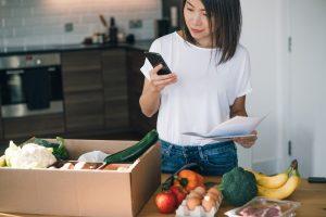 Jeune femme suivant les calories avec son Smartphone