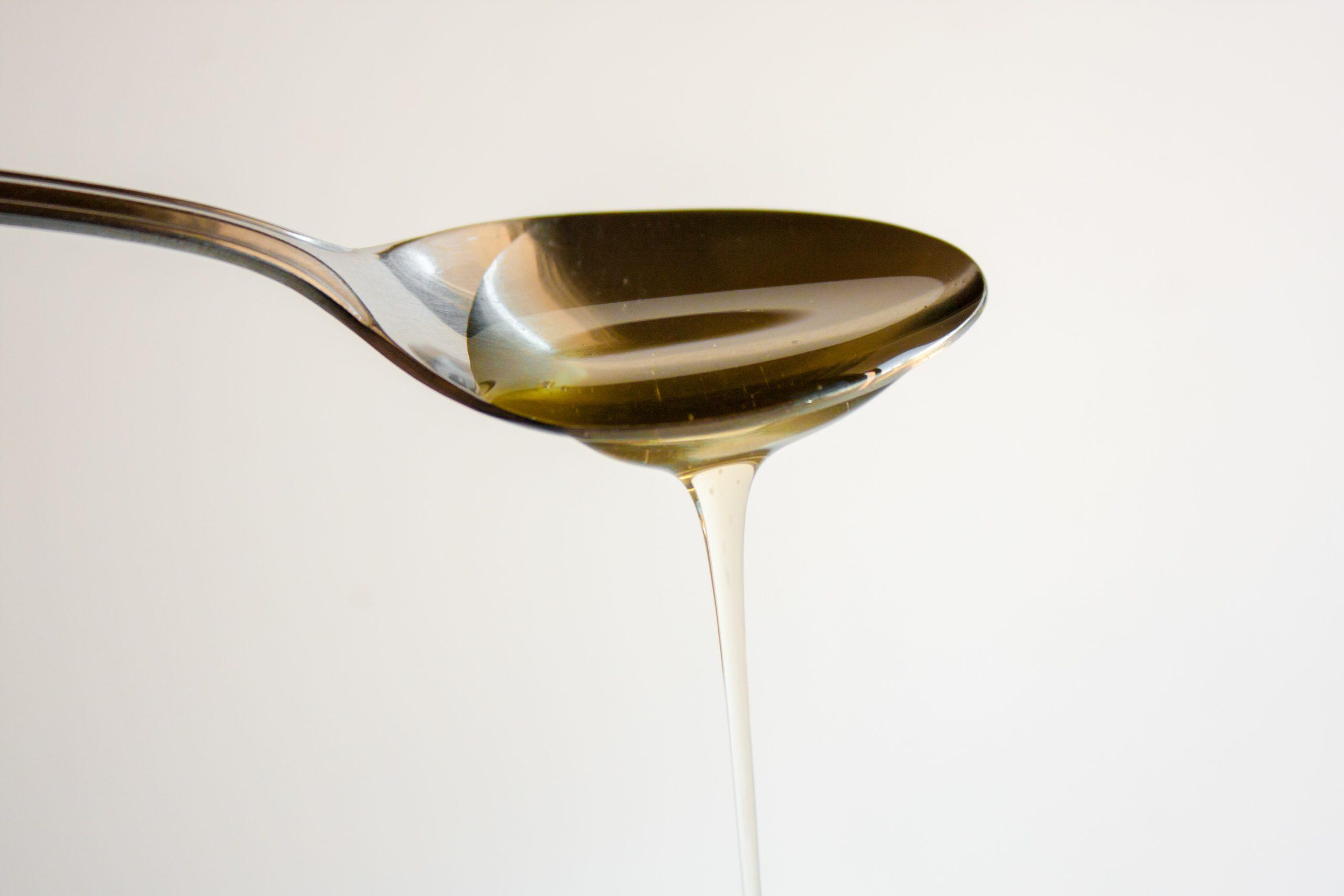 nectar d'agave versé dans une cuillère à café