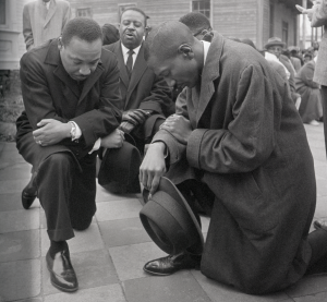 Martin Luther King et Ralph Abernathy s'agenouillent en Alabama en 1965.