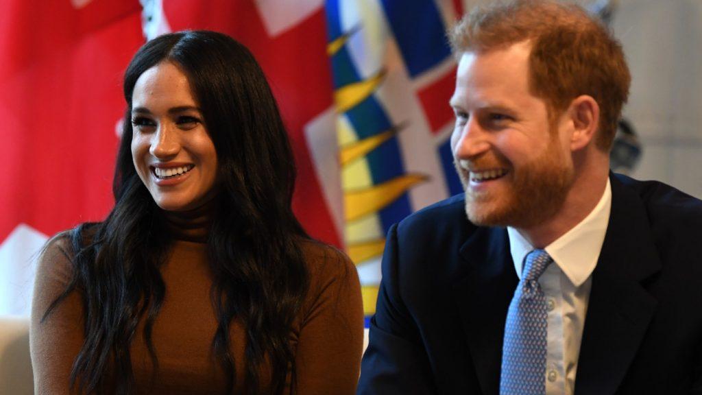 Le Prince Harry, Duc de Sussex et Meghan, Duchesse de Sussex sourient pendant leur visite à la Maison du Canada en remerciement de la chaleureuse hospitalité canadienne et du soutien qu'ils ont reçu pendant leur récent séjour au Canada, le 7 janvier 2020 à Londres, Angleterre.