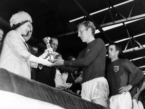 La Reine présente la Coupe du monde à Bobby Moore.