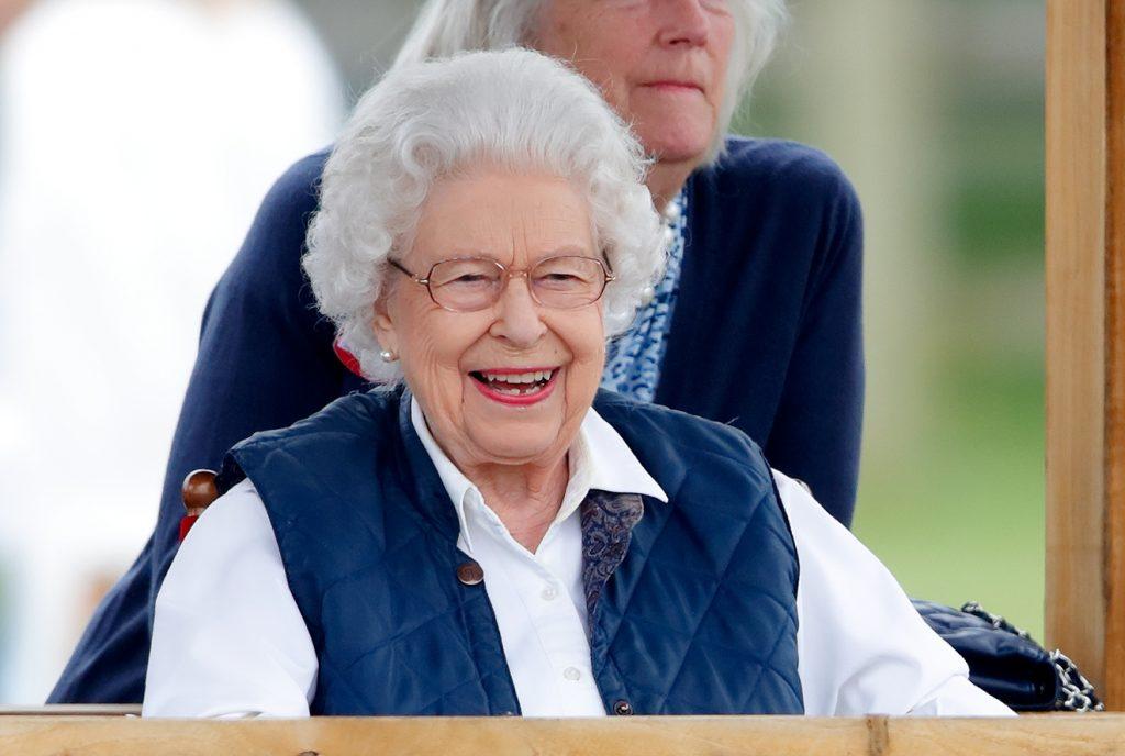 La reine Elizabeth II regarde ses chevaux concourir dans les classes Highland et Fells le deuxième jour du Royal Windsor Horse Show.