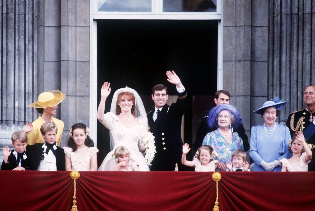 La famille royale au balcon du palais de Buckingham après le mariage du prince Andrew et de Sarah Ferguson, juillet 1986.