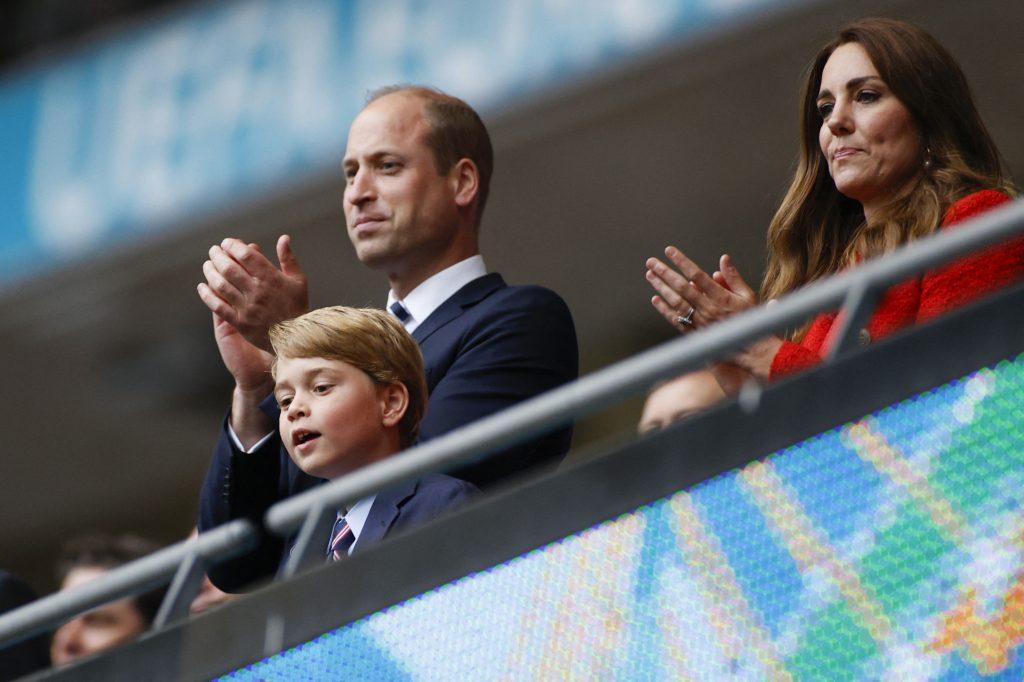 Le prince William, duc de Cambridge, le prince George de Cambridge et Catherine, duchesse de Cambridge, célèbrent la victoire lors du huitième de finale de l'UEFA EURO 2020 entre l'Angleterre et l'Allemagne au stade de Wembley.