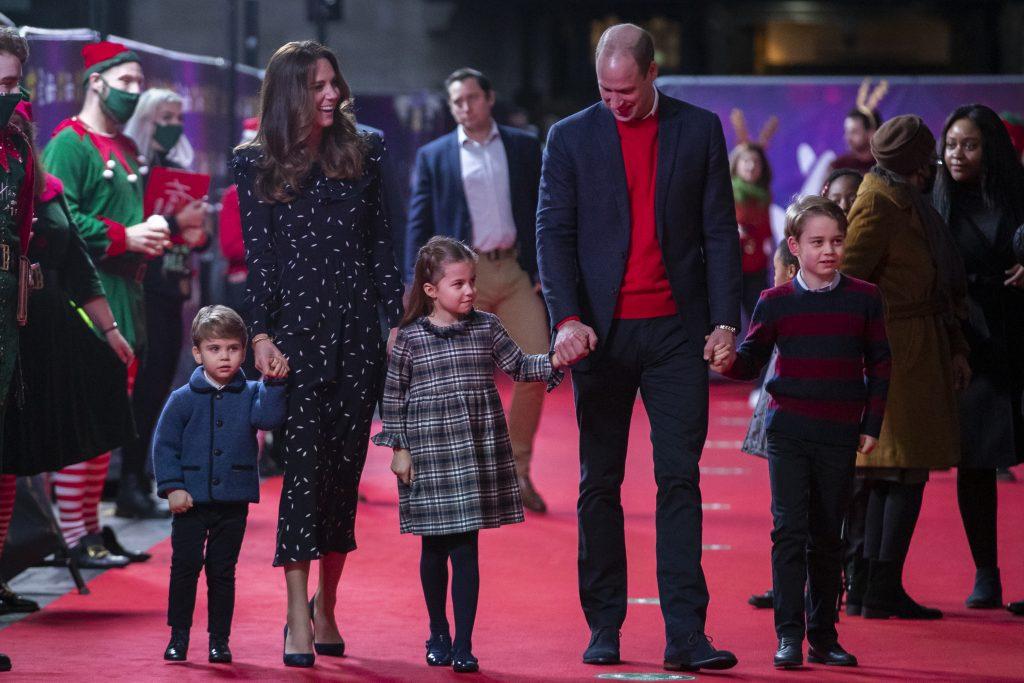 Le Prince George, Charlotte et Louis avec leurs parents, le Prince William et Kate Middleton.