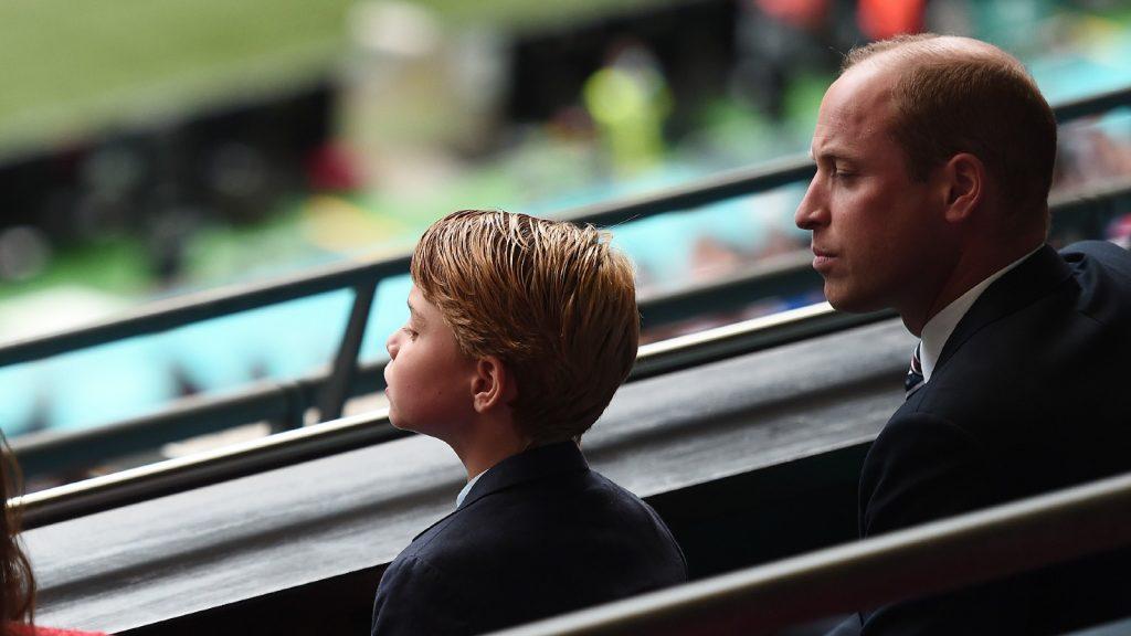 Le Prince William, Président de la Football Association avec le Prince George pendant le match de huitième de finale du Championnat d'Europe 2020 entre l'Angleterre et l'Allemagne au stade de Wembley le 29 juin 2021 à Londres, Angleterre. (Photo par Eamonn McCormack - UEFA/UEFA via Getty Images)