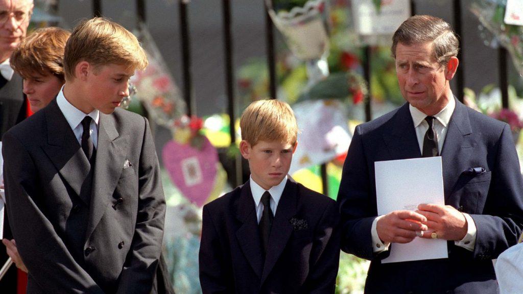 Le prince de Galles, le prince William et le prince Harry devant l'abbaye de Westminster lors des funérailles de Diana, la princesse de Galles, le 6 septembre 1997.