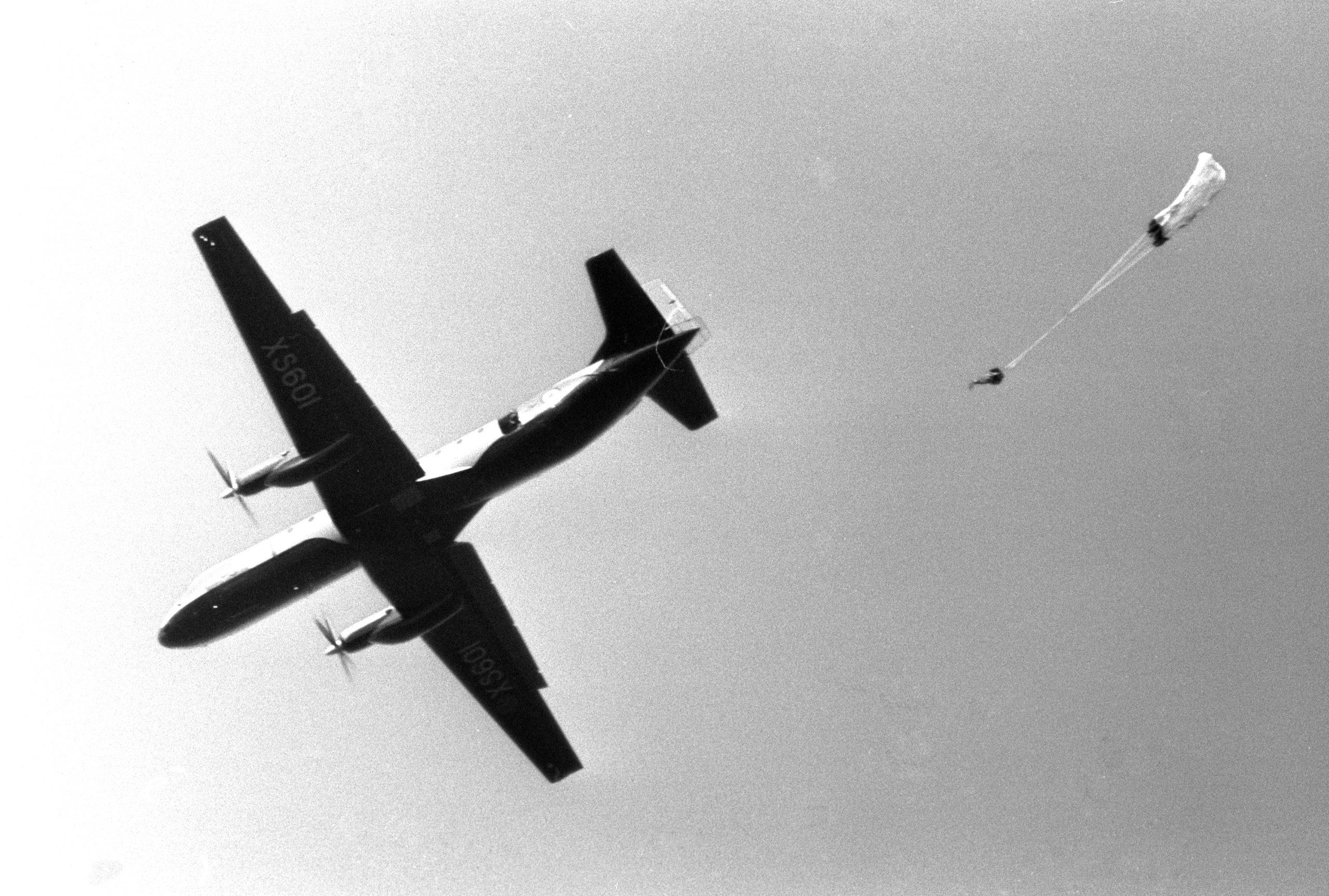 Le Prince Charles saute en parachute