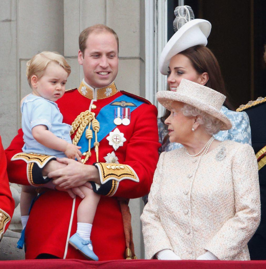 Le prince William, duc de Cambridge, le prince George de Cambridge, Catherine, duchesse de Cambridge et la reine Elizabeth II se tiennent sur le balcon du palais de Buckingham pendant la parade du drapeau, le 13 juin 2015.
