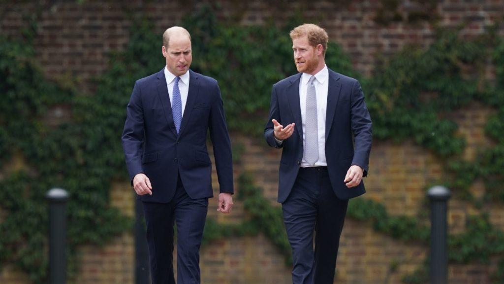 Le prince William, duc de Cambridge (à gauche) et le prince Harry, duc de Sussex, arrivent pour l'inauguration d'une statue qu'ils ont commandée pour leur mère Diana, princesse de Galles, dans le Sunken Garden du palais de Kensington.