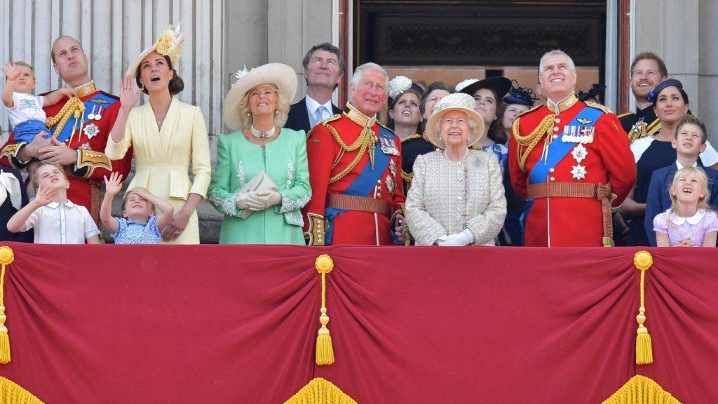 des membres de la famille royale sur le balcon du palais de Buckingham pour assister à un défilé aérien d'avions de la Royal Air Force, à Londres, le 8 juin 2019.