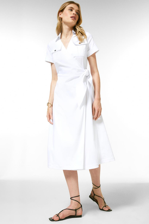 Robe Lorraine Kelly portée par le mannequin, il s'agit d'un modèle Karen Millen. Robe midi utilitaire en coton.