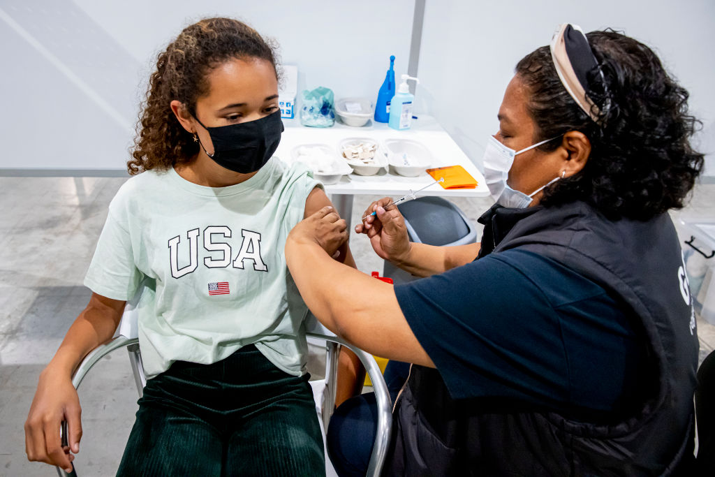 Jeune fille recevant son vaccin Covid aux Pays-Bas.