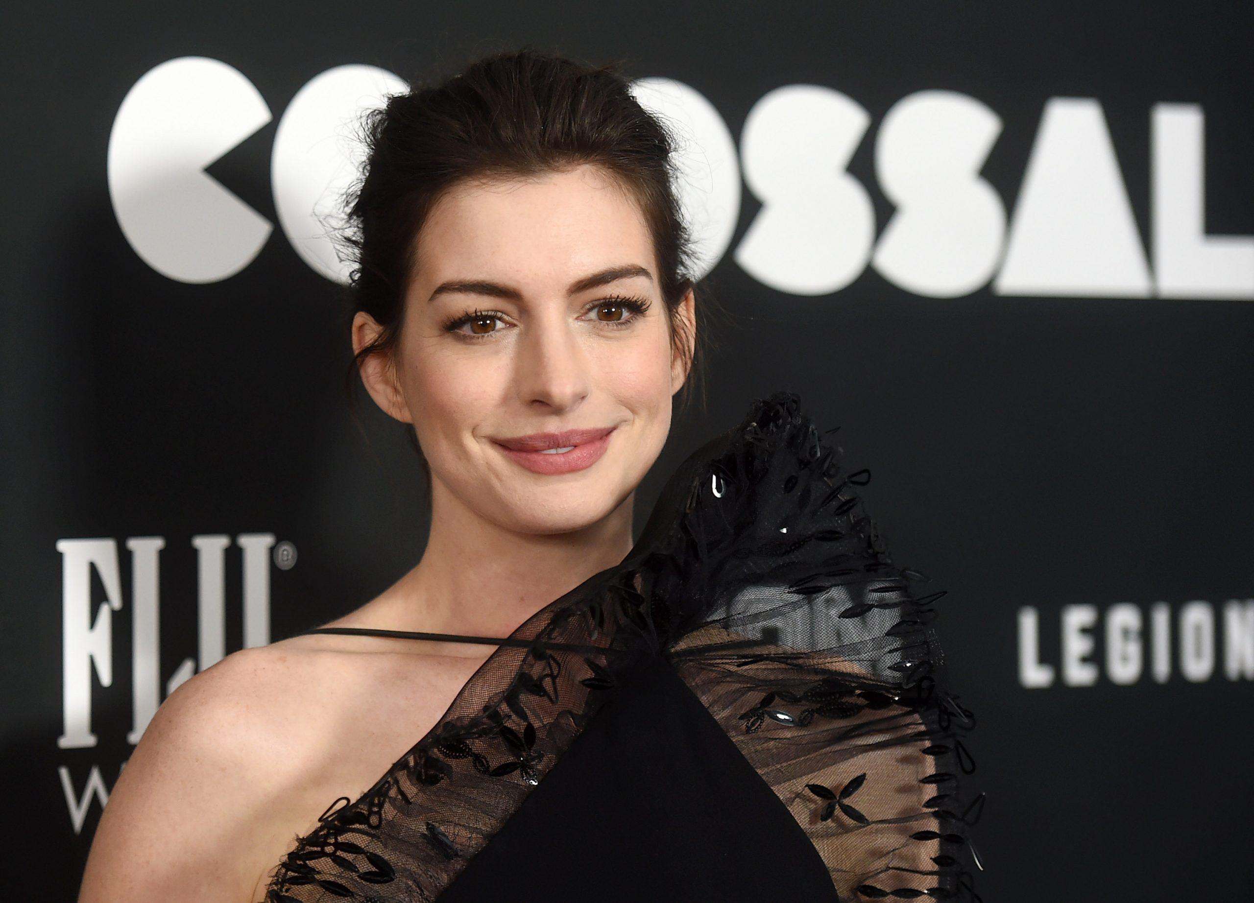 un gros plan de l'actrice Anne Hathaway