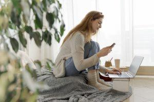 Jeune femme utilisant un smartphone pour suivre ce qui est normal pendant ses règles.