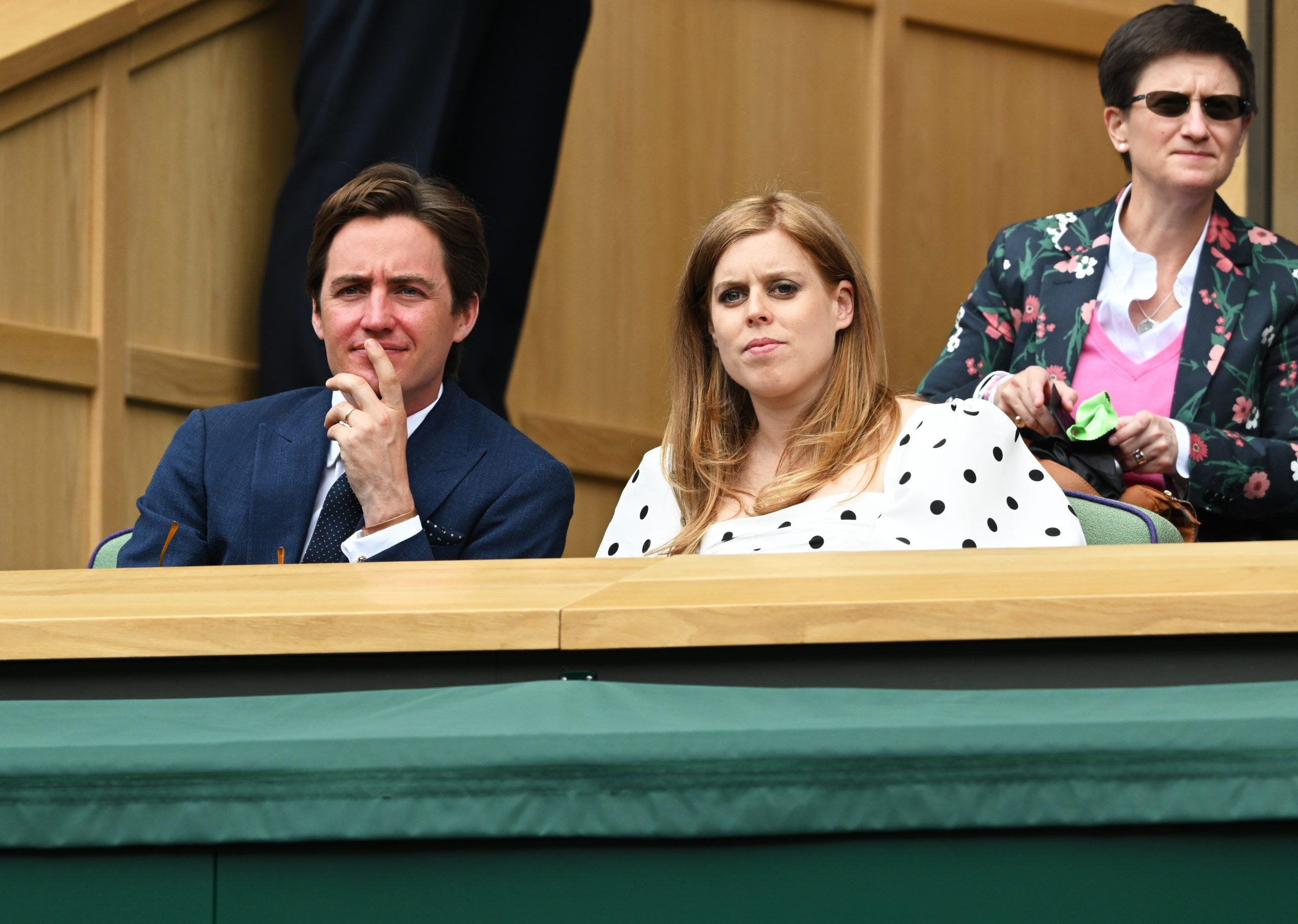 Edoardo et Beatrice assis dans la loge royale à Wimbledon 2021.
