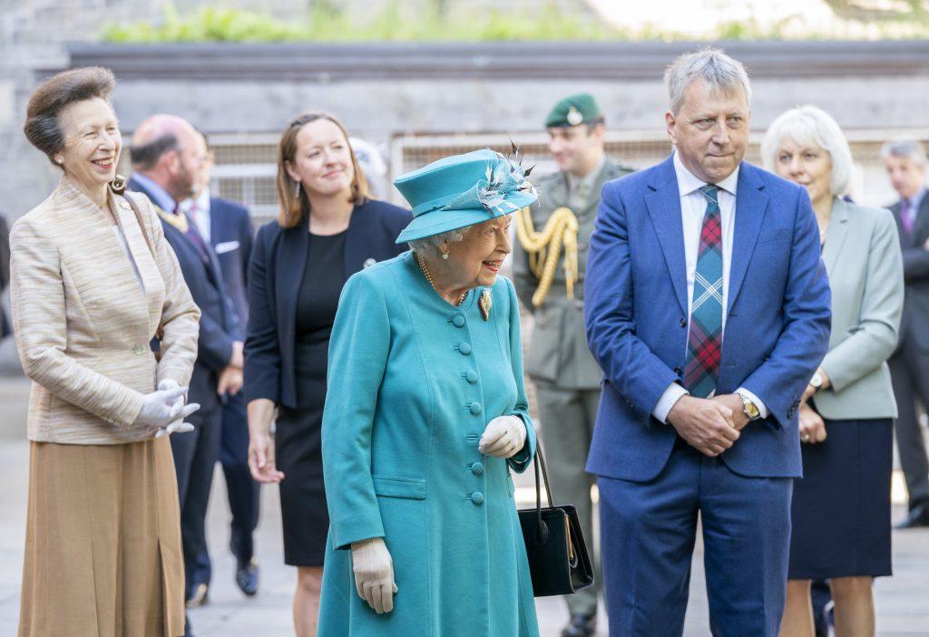 La Reine Elizabeth II et la Princesse Royale avec le Principal et Vice-Chancelier Peter Mathieson (R), lors d'une visite à l'Institut du changement climatique d'Edimbourg, dans le cadre de son traditionnel voyage en Ecosse pour la Semaine Sainte.