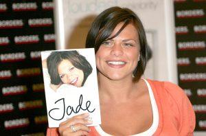 Jade Goody tenant un exemplaire de son livre, Jade Goody.
