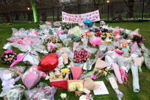 Fleurs sur l'herbe déposées pour Jade Goody, décédée en 2009 d'un cancer du col de l'utérus.