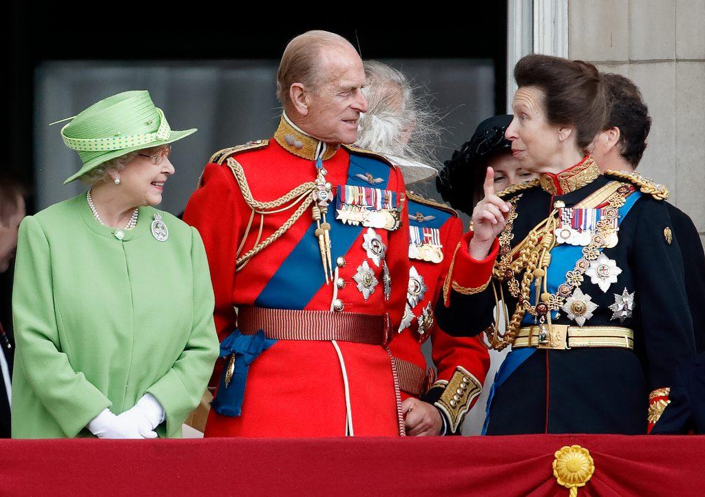 La Reine Elizabeth II, le Prince Philip, Duc d'Edimbourg et la Princesse Anne, Princesse royale, regardent un défilé aérien depuis le balcon de Buckingham Palace.