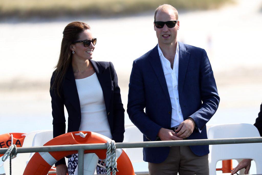 Le prince William, duc de Cambridge, et Catherine, duchesse de Cambridge, quittent Tresco sur 'Pegasus' lors d'une visite en Cornouailles, le 2 septembre 2016 à Tresco, en Angleterre.