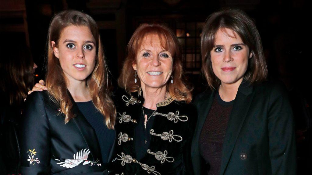 La princesse Beatrice d'York, Sarah Ferguson, duchesse d'York et la princesse Eugénie d'York assistent au lancement de The Ned, London le 26 avril 2017 à Londres, en Angleterre.