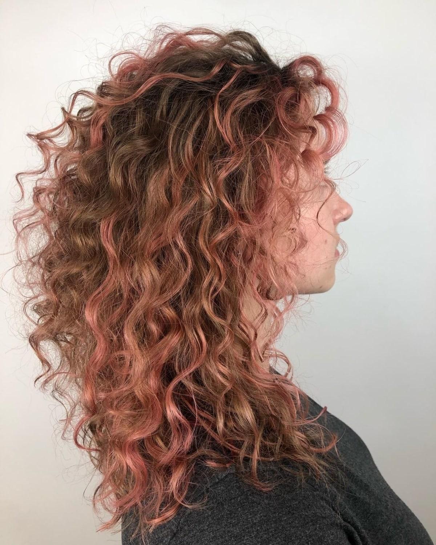 Accents or rose pour cheveux bouclés