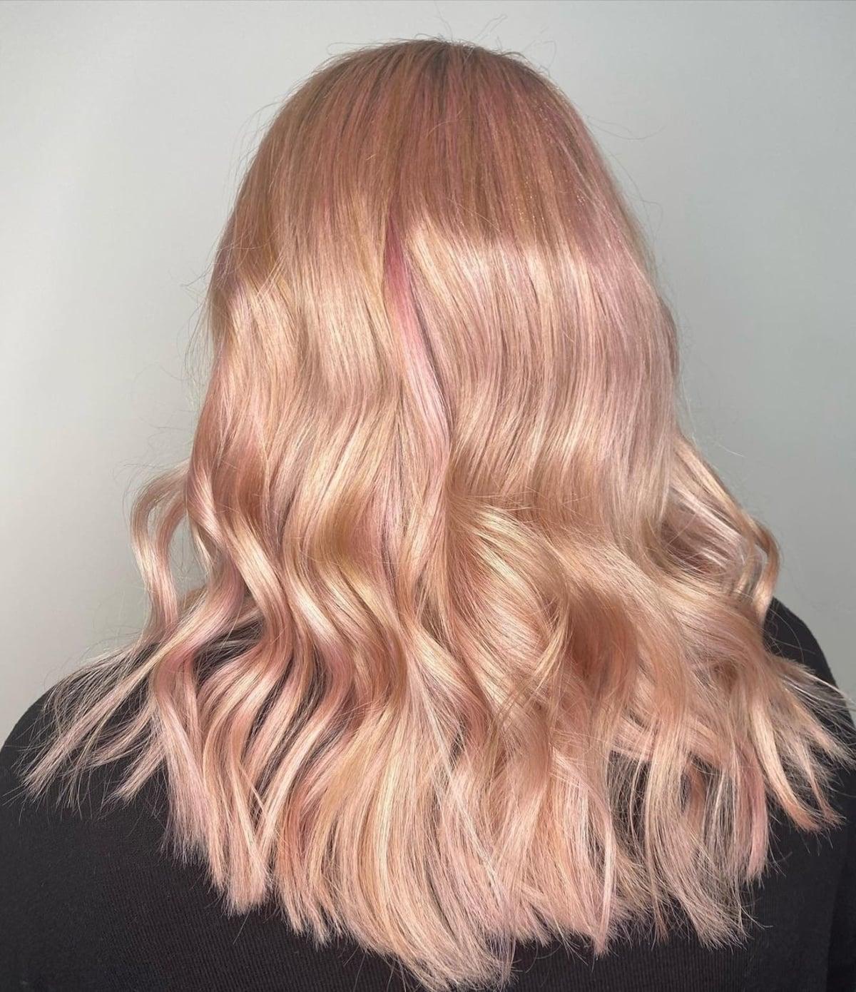Mèches de cheveux blond fraise or rose