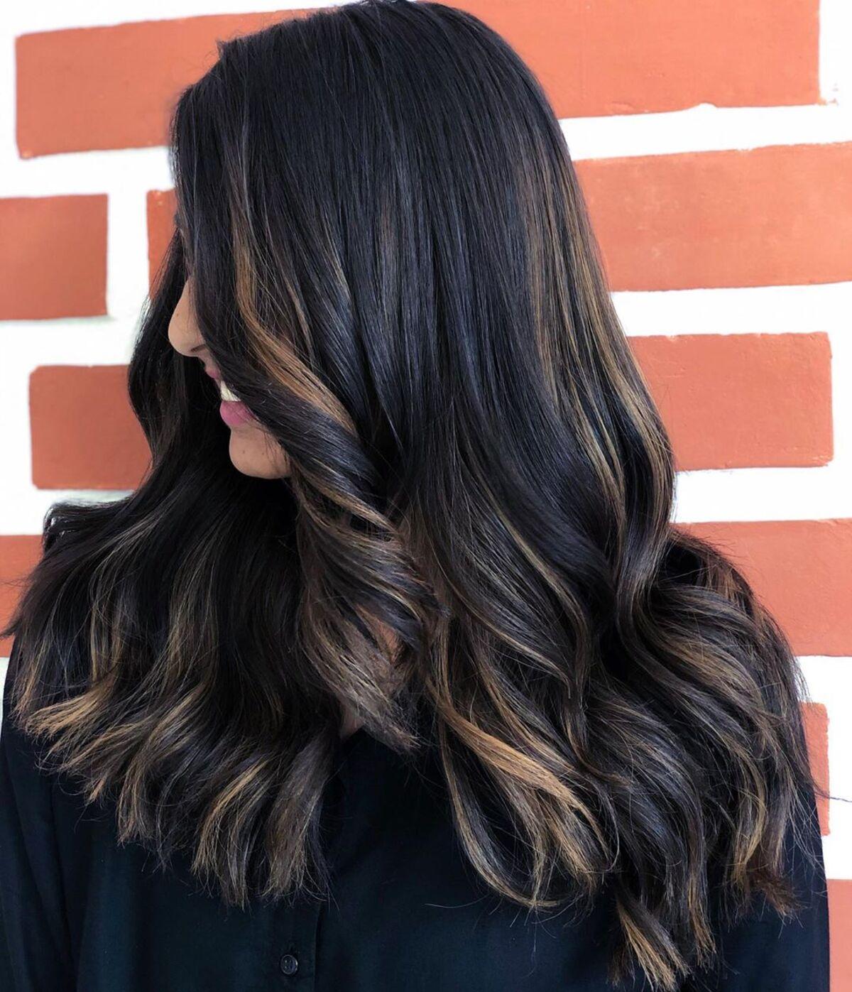 Mèches or rose sur cheveux noirs