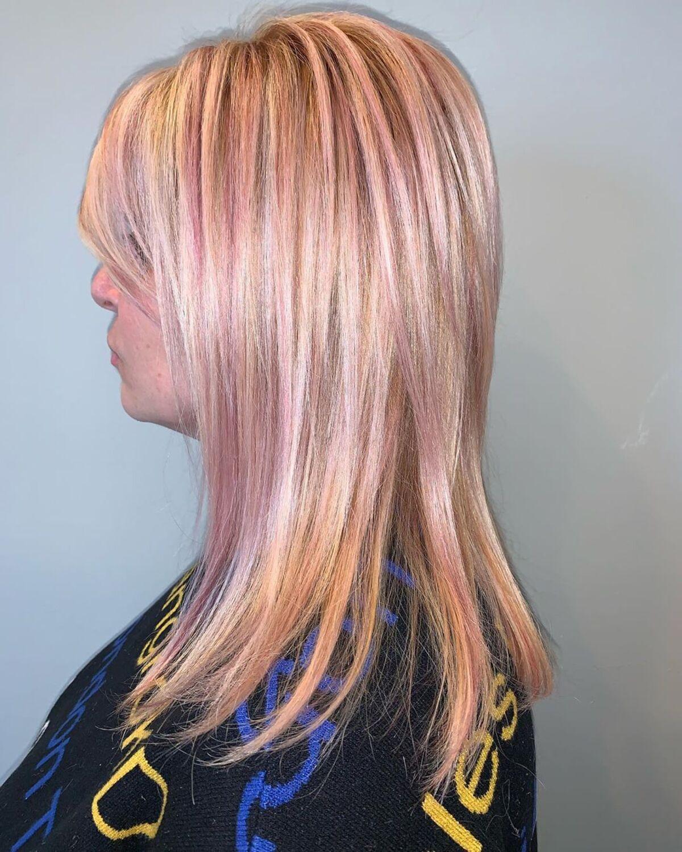 Mèches or rose sur cheveux blonds