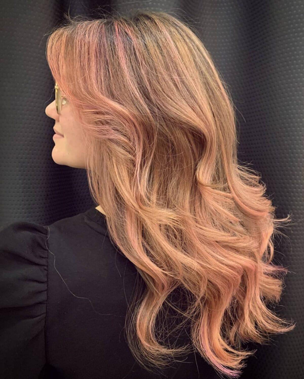 Mèches Rose Gold sur cheveux longs châtain clair