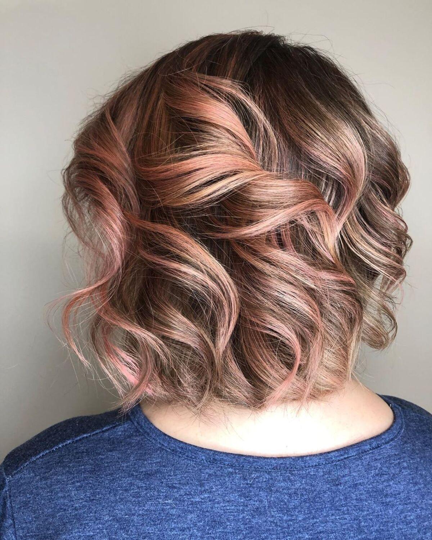 Une nuance d'or rose sur des cheveux bruns courts