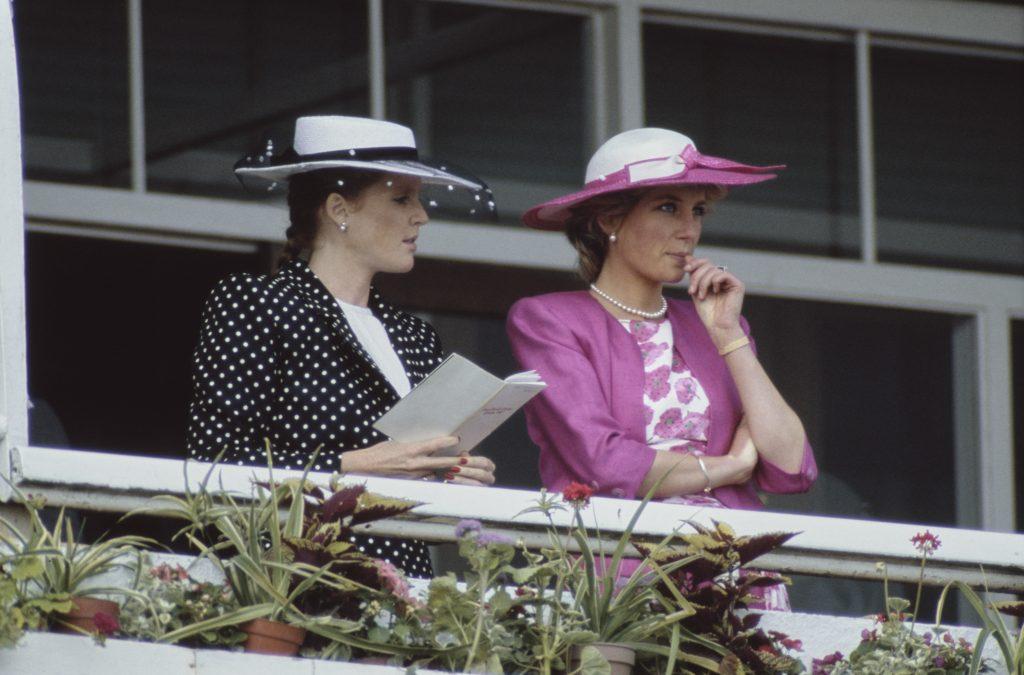 Sarah Ferguson et la Princesse Diana assistent à la réunion du Derby Day à l'hippodrome d'Epsom Downs en 1987.