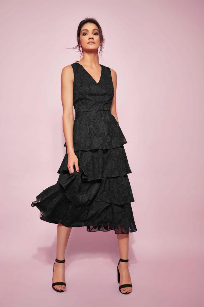 Glamour Black Jacquard Tiered Midi robe noire que vous pouvez porter à un mariage