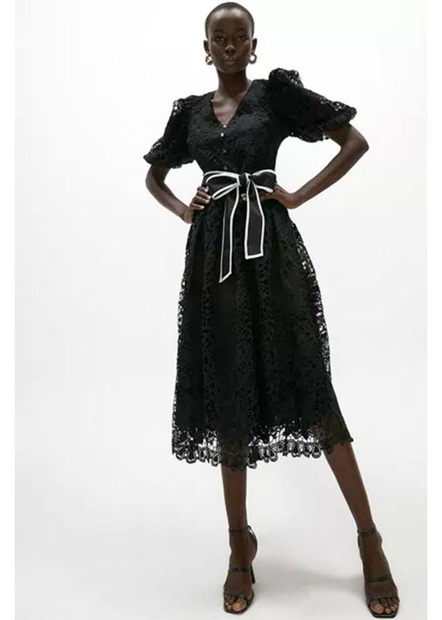 Robe noire col V en dentelle crochetée avec ceinture, que vous pouvez porter à un mariage.