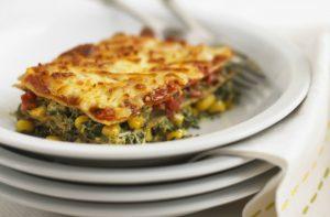 Repas végétariens hypocaloriques : lasagnes aux épinards et au maïs.