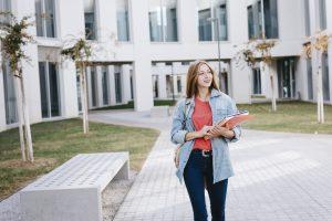 Une femme se promenant dans l'université après avoir fait appel pour son baccalauréat.