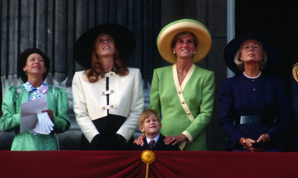 La princesse Margaret, comtesse de Snowdon, Sarah, duchesse d'York, le prince Harry, Diana, princesse de Galles et la duchesse de Kent se tiennent sur le balcon du palais de Buckingham.